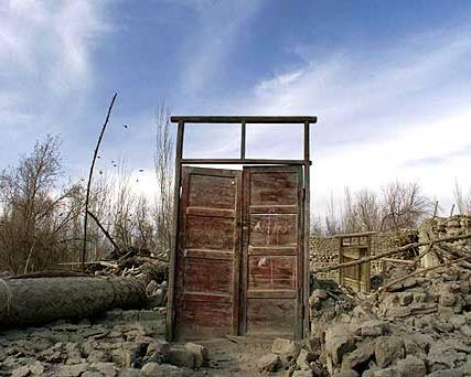 Una porta dopo il terremoto in Cina