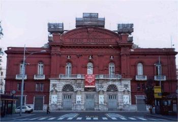 La riapertura del Teatro Petruzzelli tra risvolti grotteschi e paradossi beffardi