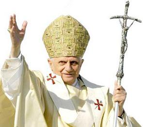 La visita di Benedetto XVI a San Giovanni Rotondo sulle spoglie di san Pio, folla in delirio e grande energia