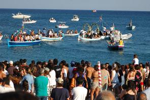 Con i festeggiamenti di Sant'Antonio, il 13 giugno, si inaugura la tradizione secolare delle processioni a mare in Campania dedicate ad alcuni santi