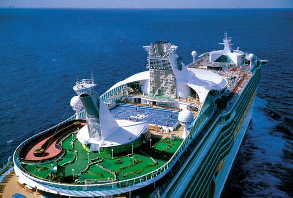Il gigante Voyager of the Seas protagonista dell'estate barese