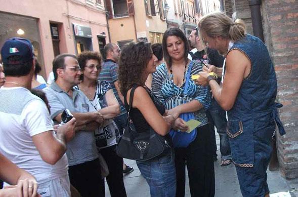 Carnevale di Venezia: tra le strade uno psicologo realizza ritratti in versi