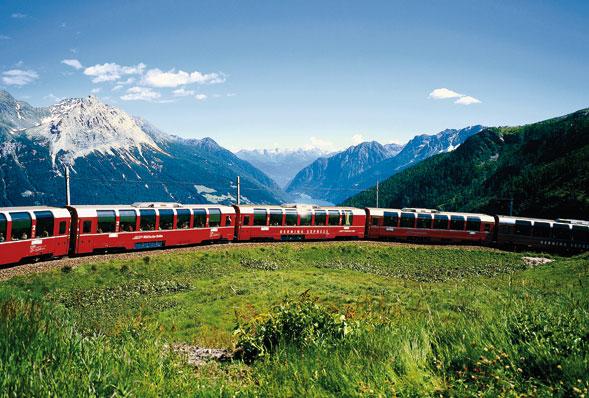 La linea del Bernina, il fascino del treno tra natura e paesaggi incontaminati