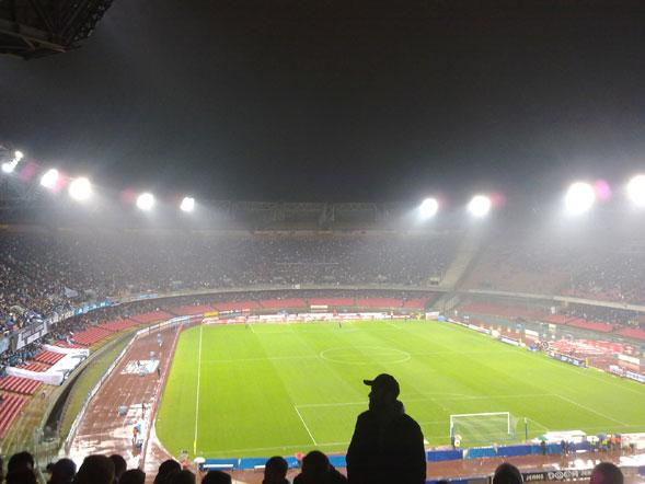 Allo stadio San Paolo: l'esperienza collettiva tra folclore, musica e scaramanzia