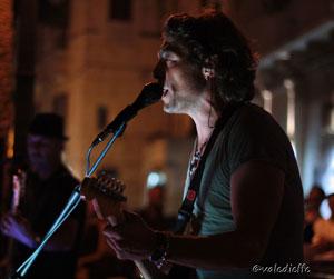 Fede Poggiolini scalda il pubblico di Trani con il suo Caos Cosmico Tour 2012