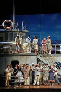 Così fan tutte diventa Love Boat: discusso allestimento di Livermore al Petruzzelli