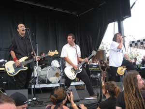Il punk hardcore degli Adolescents e degli Agnostic Front infiamma il palco dell'Oasi San Martino