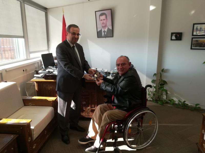 Vito Grittani consegna medicinali a Husam Yeddin Ala, rappresentante permanente della Siria all'ONU