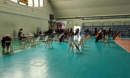 Ladisa dona pasti caldi all'equipe di vaccinazione del Palazzetto dello Sport di Carbonara