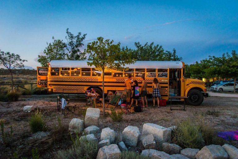 La nuova tendenza è dormire in uno scuolabus american style