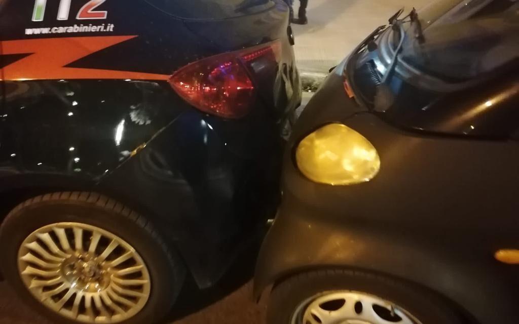 Incidente stradale a Bari tra una Smart e l'auto dei Carabinieri