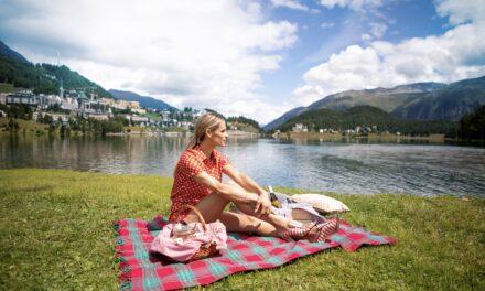 Michelle Hunziker in Svizzera tra treni panoramici, battelli e attività acquatiche